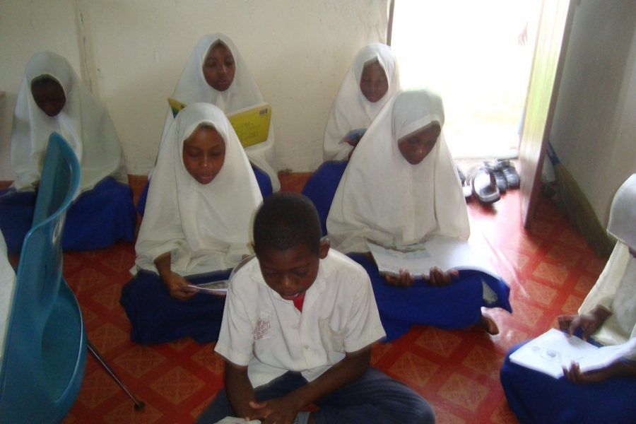 Children_reading_zanzibar-1